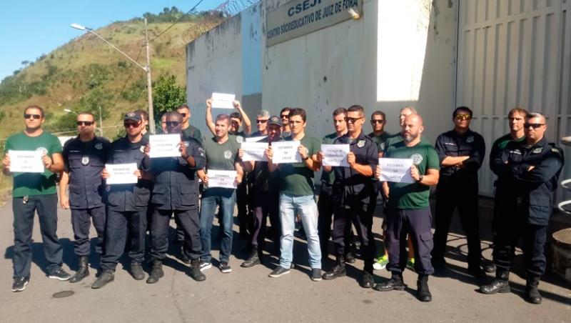 Agentes se manifestam em frente ao Centro Socioeducativo em JF