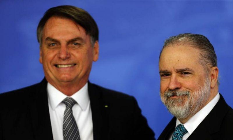 Aras se manifesta contra pedido para apreender celular de Bolsonaro