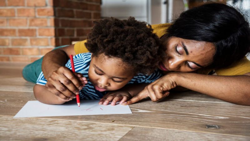 Educação domiciliar durante a quarentena tem sido desafio para pais