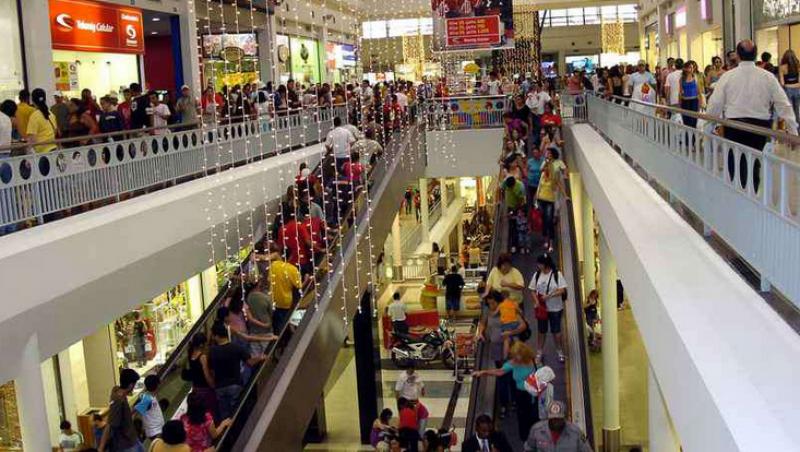 Criança prende a mão em escada rolante de shopping de BH