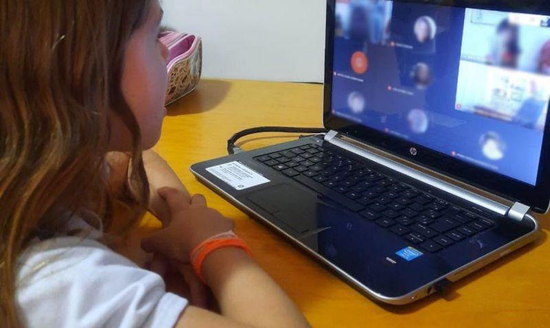Crianças relatam saudade de contato próximo com professores e colegas