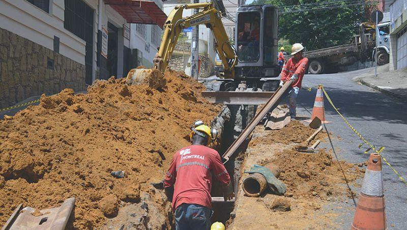 Cesama remodela 500 metros de redes de esgoto na Rua Espírito Santo em Juiz de Fora