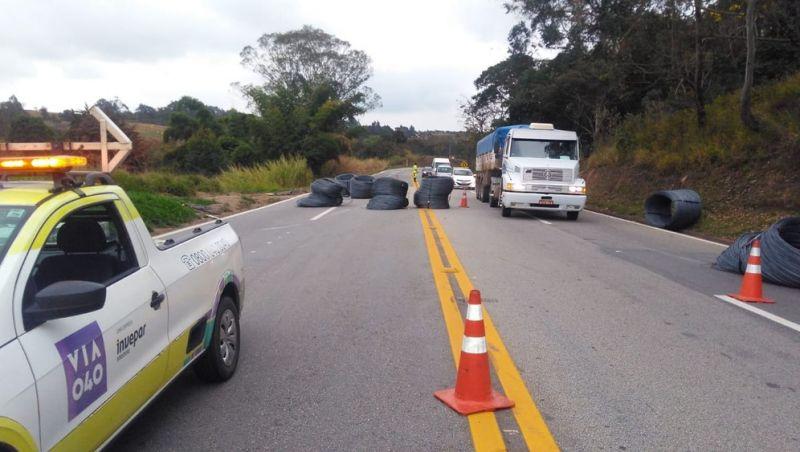 Derramamento de carga interdita pistas da BR-040 em Carandaí