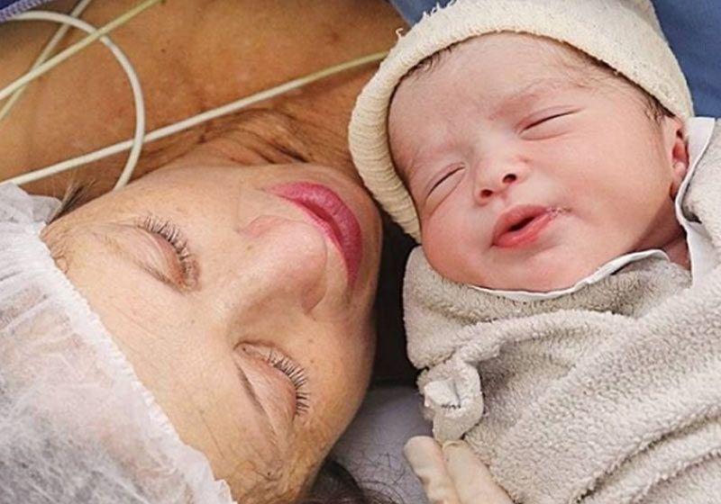 Aos 61 anos, mulher dá à luz ao primeiro filho após tentativa de adoção