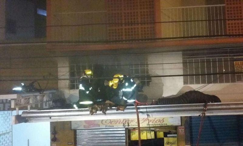 Bombeiros combatem incêndio em mercearia no Centro de Juiz de Fora