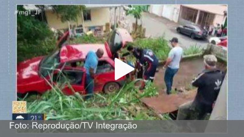 Carro cai em lote vago no Bairro Jóquei Clube em Juiz de Fora