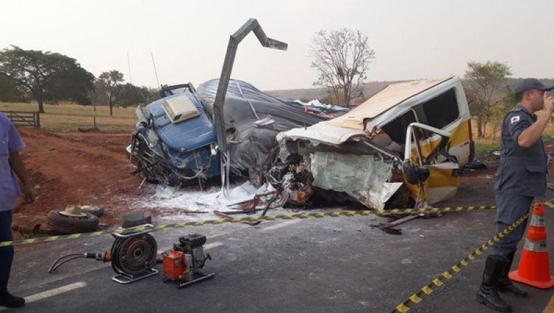 Acidente entre van escolar e caminhão deixa mortos e feridos em Minas