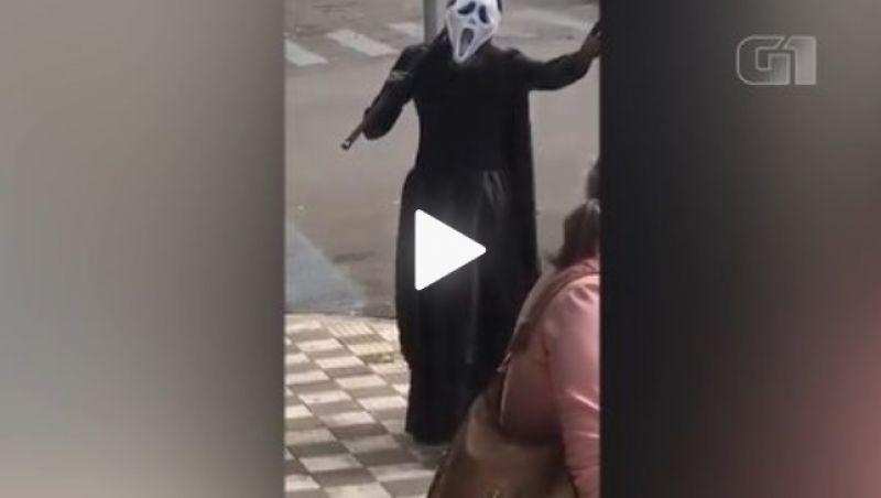 Homem se veste de Morte para 'expulsar' idosos de rua em SP