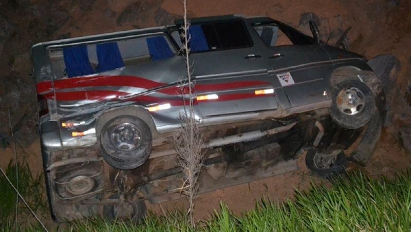 Van capota e deixa 2 feridos na BR-116 em Muriaé