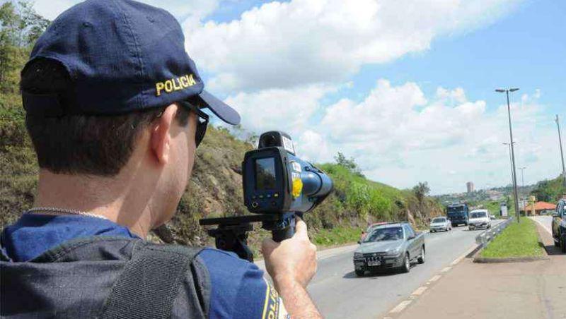 Com 1 infração a cada 2,5 minutos em MG, Bolsonaro anuncia 'fim de radares móveis'
