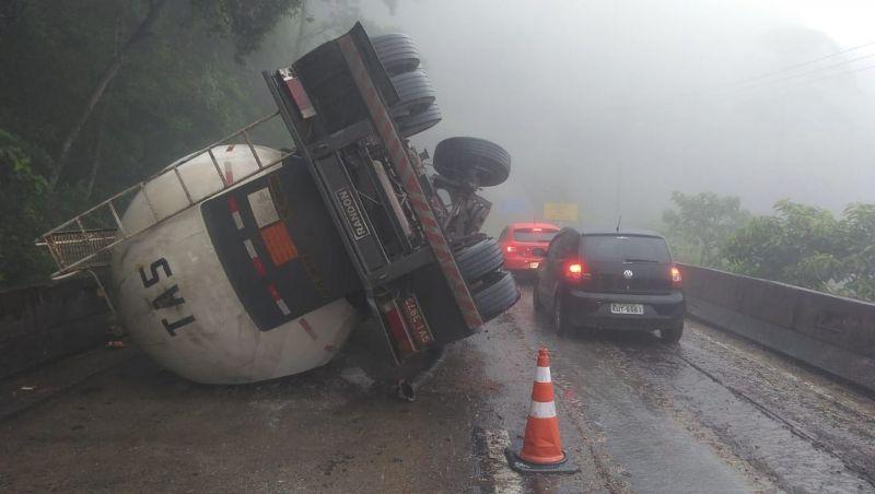 Caminhão tomba e deixa trecho da BR-040 na descida da Serra de Petrópolis, RJ, em meia pista