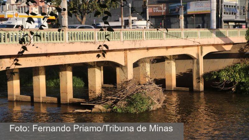 JF: Assoreamento e mau cheiro do Rio Paraibuna voltam a incomodar a população