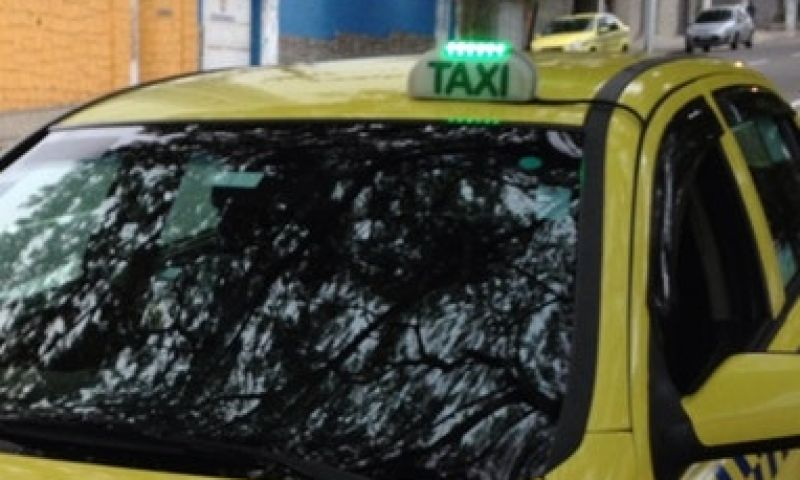 Assaltantes usam táxi para roubar posto em Juiz de Fora