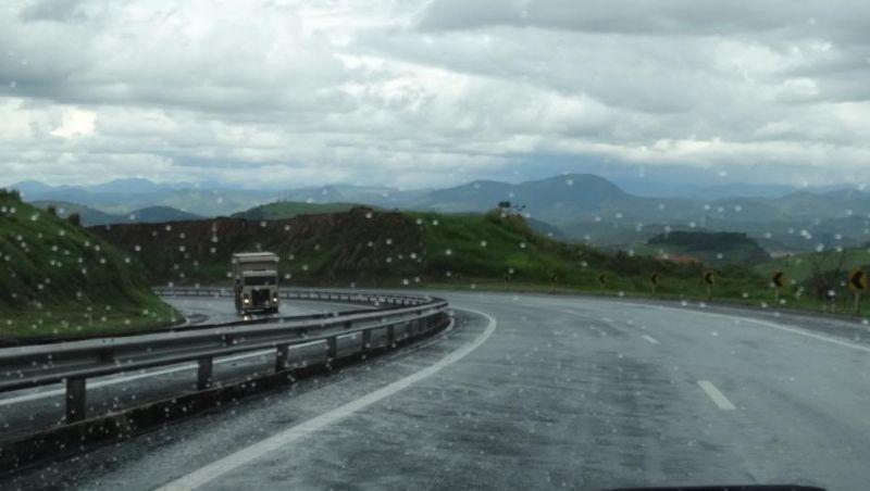 Tromba d'água em Simão Pereira causa estragos e interdita BR-040 entre MG e RJ