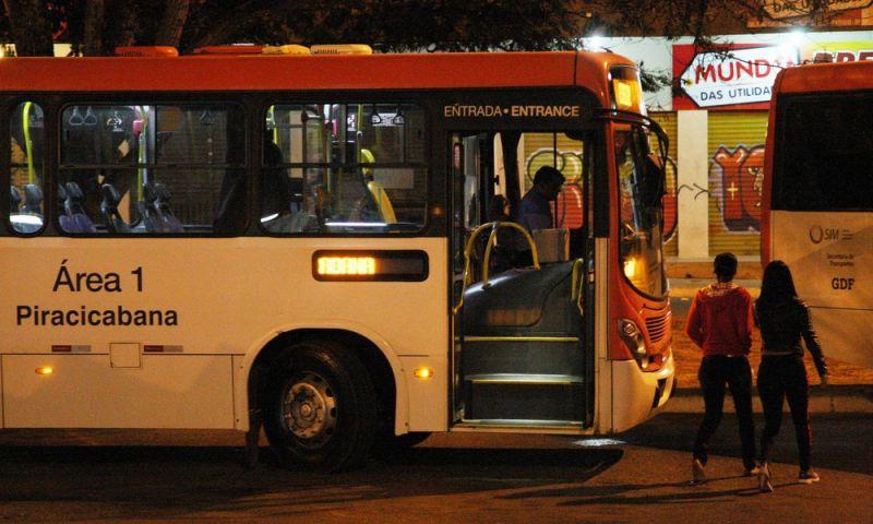 Ladrões empurram passageiro de ônibus em movimento no DF