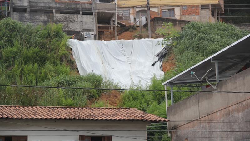 JF: Dois pontos no bairro Santa Luzia receberam a instalação de lonas