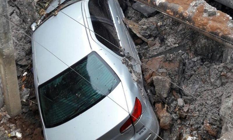 Asfalto desmorona e cratera engole carro durante temporal em SP
