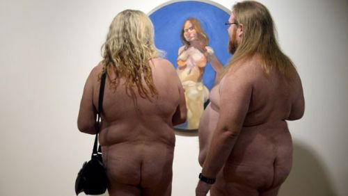 Da série não há o que não haja:  Exposição convida visitantes a ficarem nus, e eles tiram a roupa