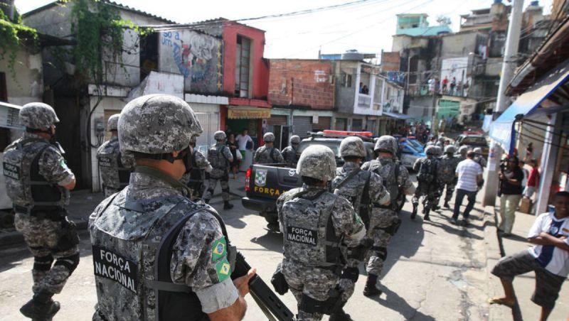 PMs e Forças Armadas cumprem 4 mandados de prisão na Cidade de Deus