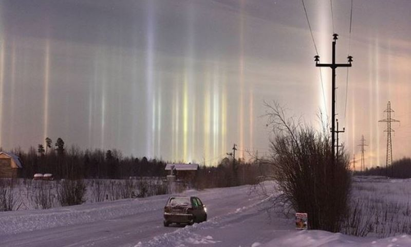 Pilares de luz brilham no céu de São Petersburgo, na Rússia