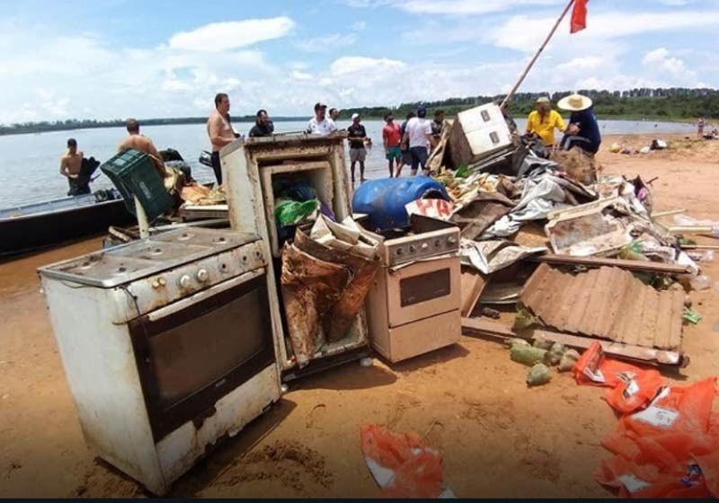 Mergulhadores retiram 3 toneladas de lixo do fundo do rio Tietê