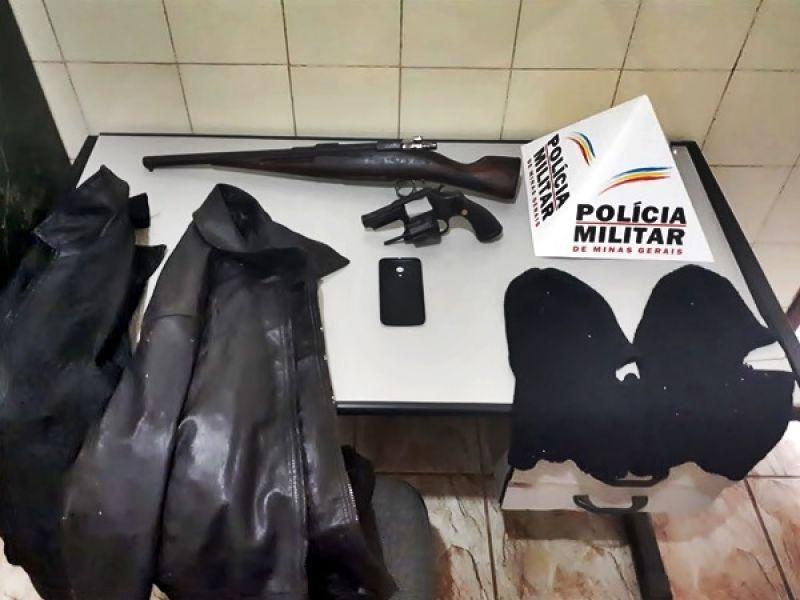 Fervedouro: PM cumpre mandados, apreende armas e prende dupla suspeita por assaltos