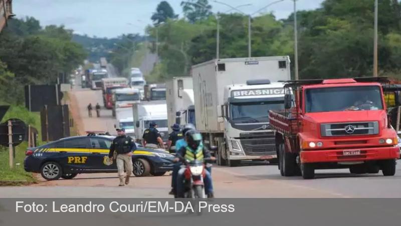Após 'travar' a BR-040, caminhoneiros encerram protesto em Neves