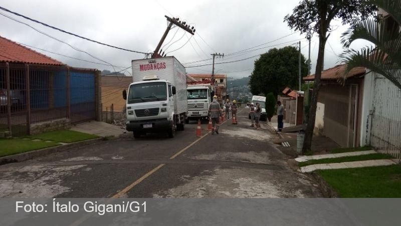 Caminhão atinge poste e deixa cerca de 500 casas sem energia em Juiz de Fora