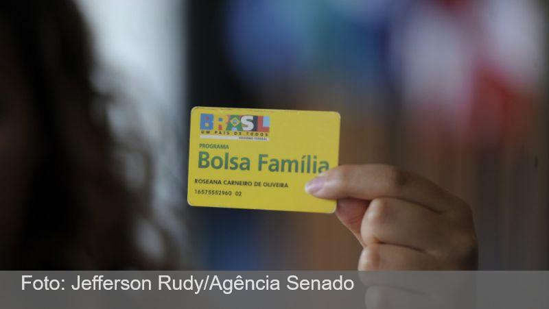 Governo prevê aumentar o Bolsa Família para R$ 300 ainda neste ano