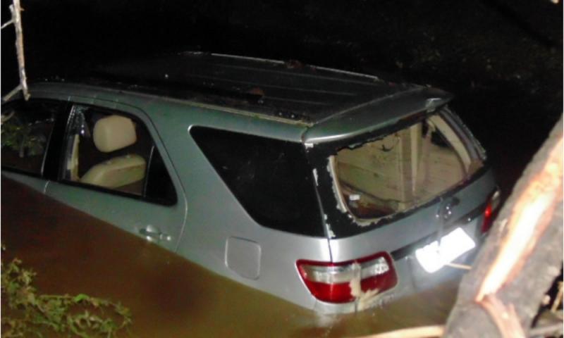 Quatro pessoas da mesma família morrem afogadas em carro que tentava cruzar riacho em PE