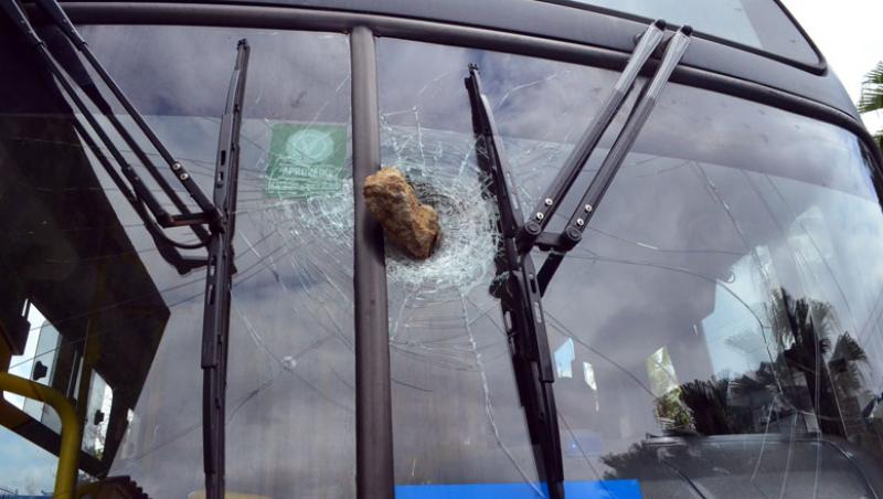 Pedra fica cravada em para-brisa de ônibus em Juiz de Fora