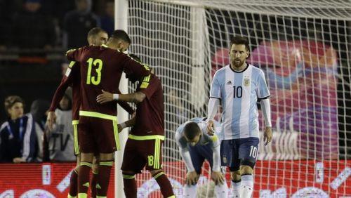 O drama continua: gol contra evita vexame, e Argentina só empata com Venezuela