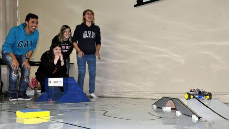 Calouros de engenharia da UFJF participam de competição de robôs