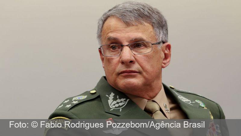 Comandante do Exército sofre acidente e fratura o fêmur