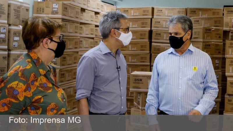 Zema acompanha distribuição de seringas para vacinação contra a covid-19 em Juiz de Fora