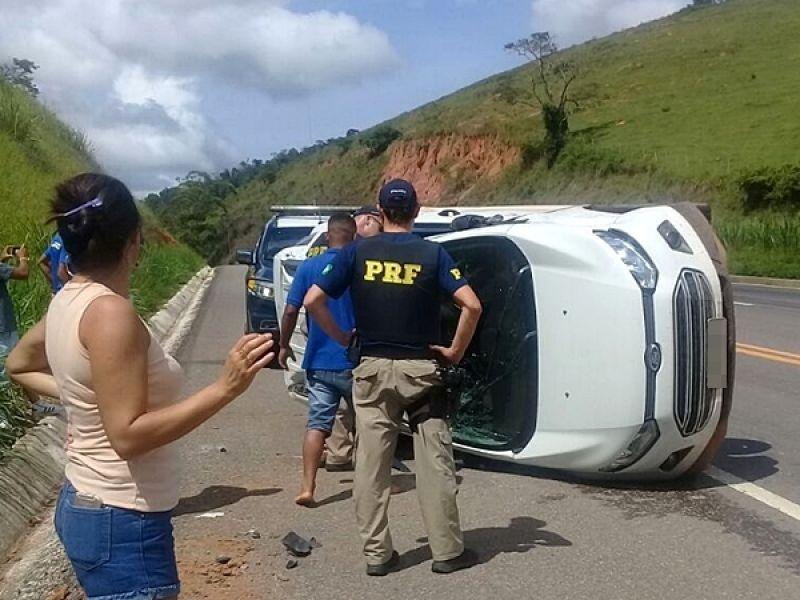 Ecosport capota com 5 ocupantes na BR-116 entre Muriaé e Itamuri