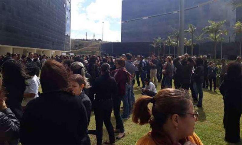 Servidores do governo de Minas protestam na Cidade Administrativa contra atraso de salário