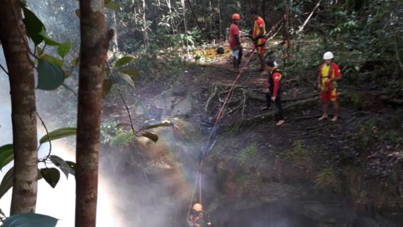 Bombeiros encontram corpo de mulher que caiu em cachoeira ao tentar tirar 'selfie'