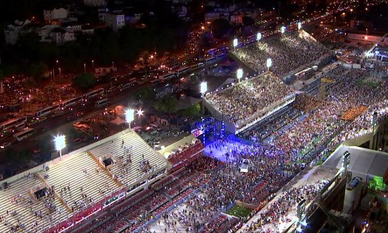Multidão invade Sapucaí e canta samba da Beija-Flor à capela