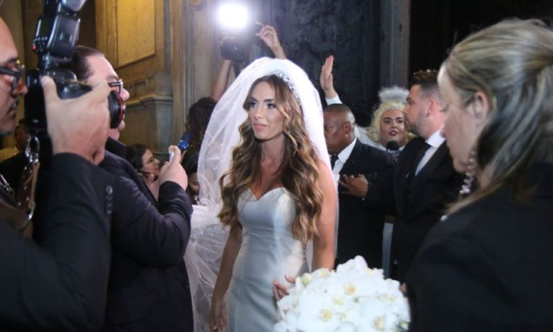 Casamento de Nicole Bahls tem polícia na igreja, convidados vão parar na delegacia e ladrão famoso é descoberto