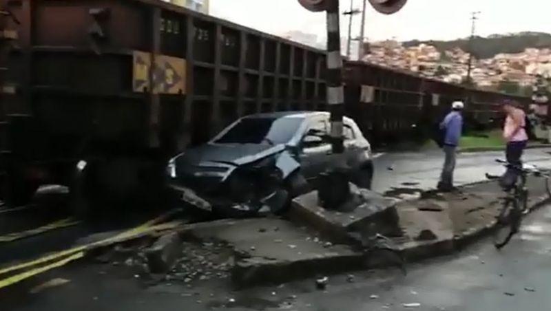 Motorista perde controle de carro e bate em trem em Juiz de Fora