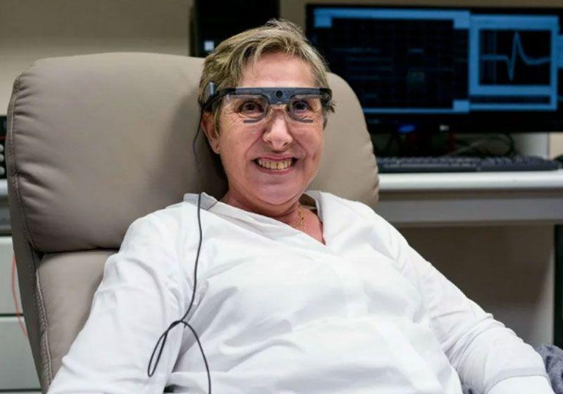 Mulher que ficou cega volta a enxergar com olho biônico