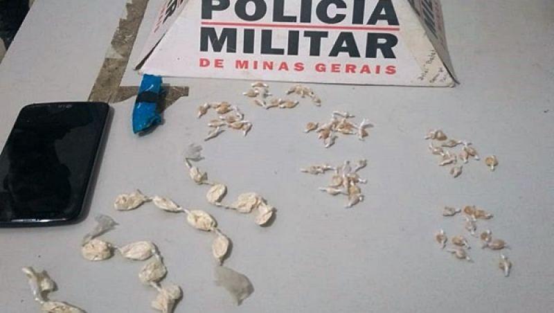 Jovem é detido pela PM na madrugada em Rio Novo com crack e cocaína