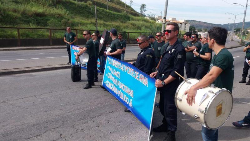 Agentes socioeducativos protestam na Avenida JK em Juiz de Fora