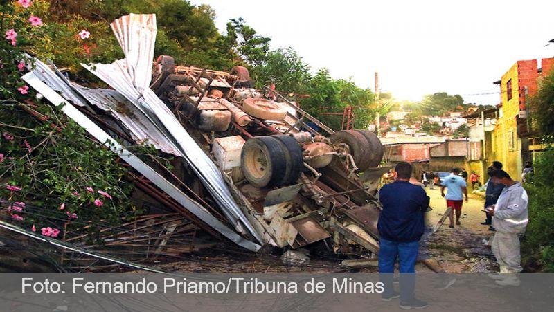 JF: Caminhão carregado de cimento desce barranco e atinge casa no Bairro Bonfim