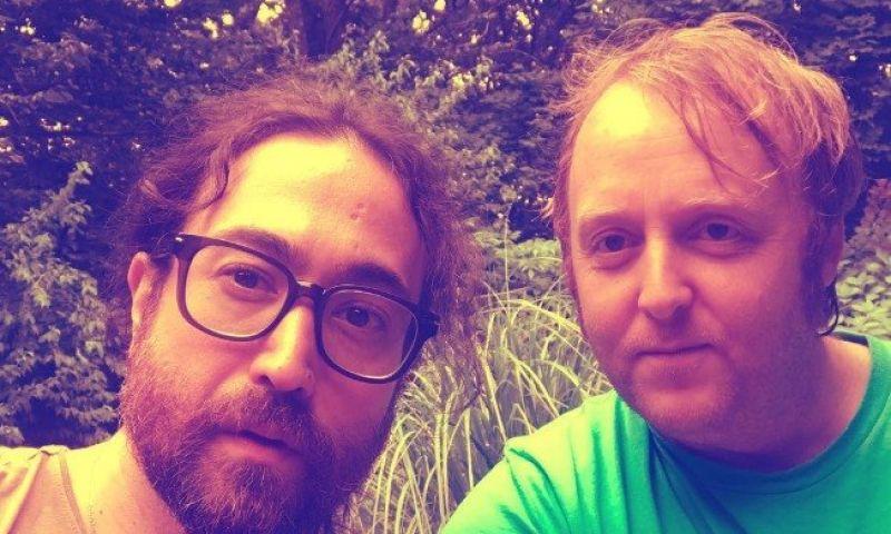 Filhos de McCartney e Lennon postam foto juntos e chamam atenção pela semelhança com os pais