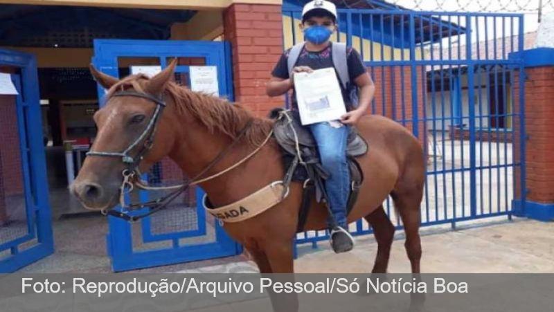 Aluno sem wif-fi anda 2km a cavalo para pegar dever no colégio: sonho