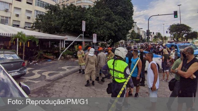 Carro invade restaurante e atropela 3 idosos em Copacabana