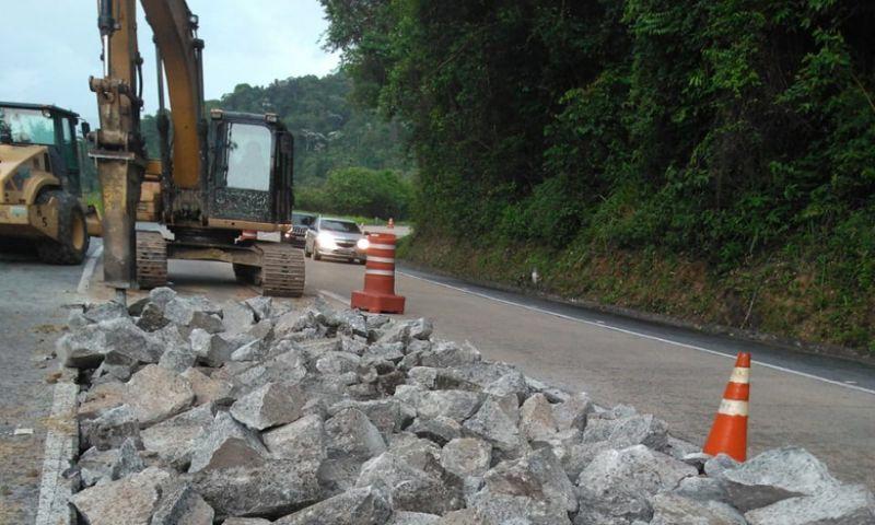 Obras deixam descida da Serra de Petrópolis (BR-040) em meia pista
