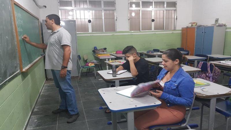 Mãe se matricula na mesma sala do filho para ajudá-lo a estudar em SP